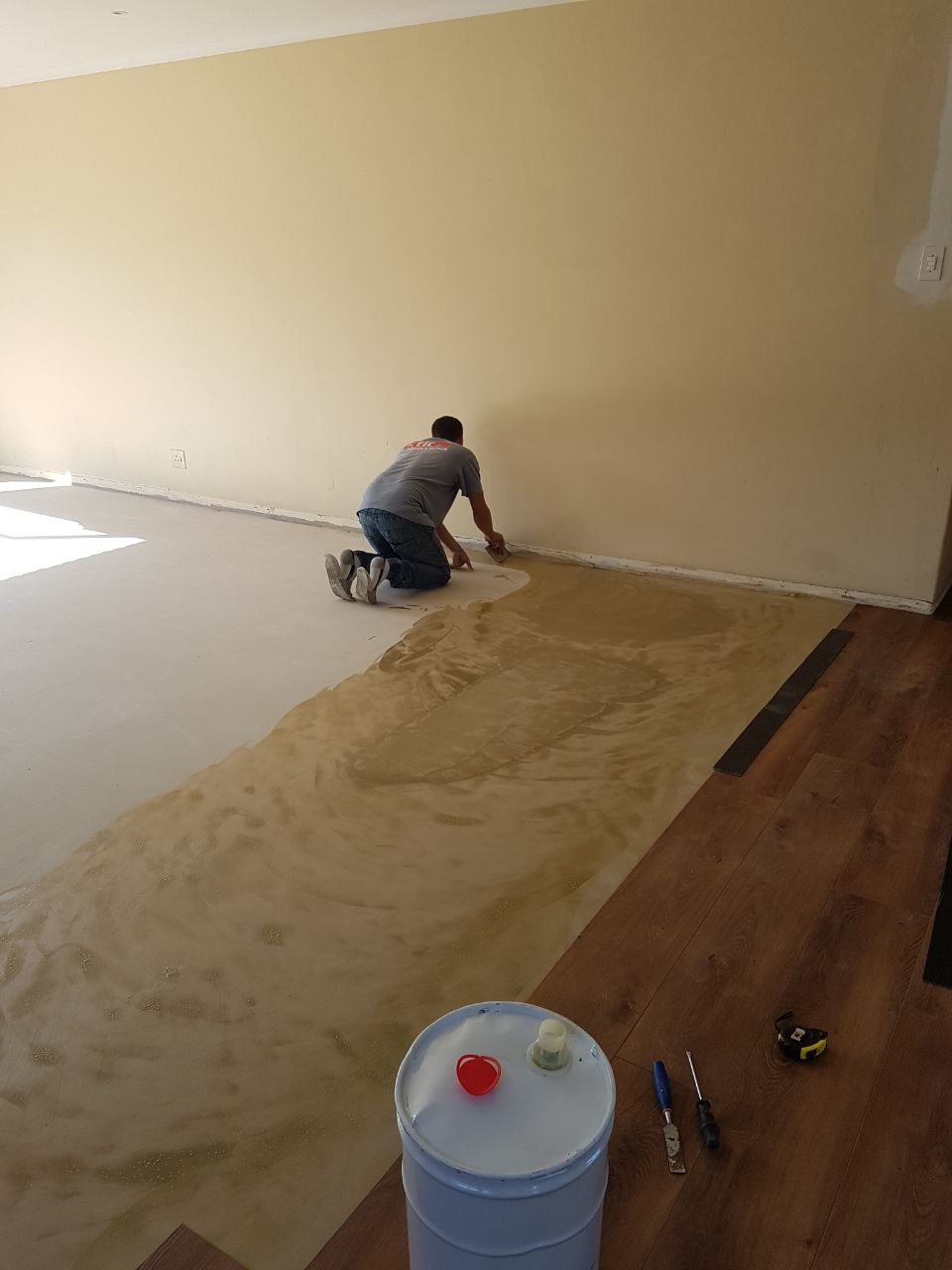 Vinyl Glue preparation for vinyl planks for flooring installation