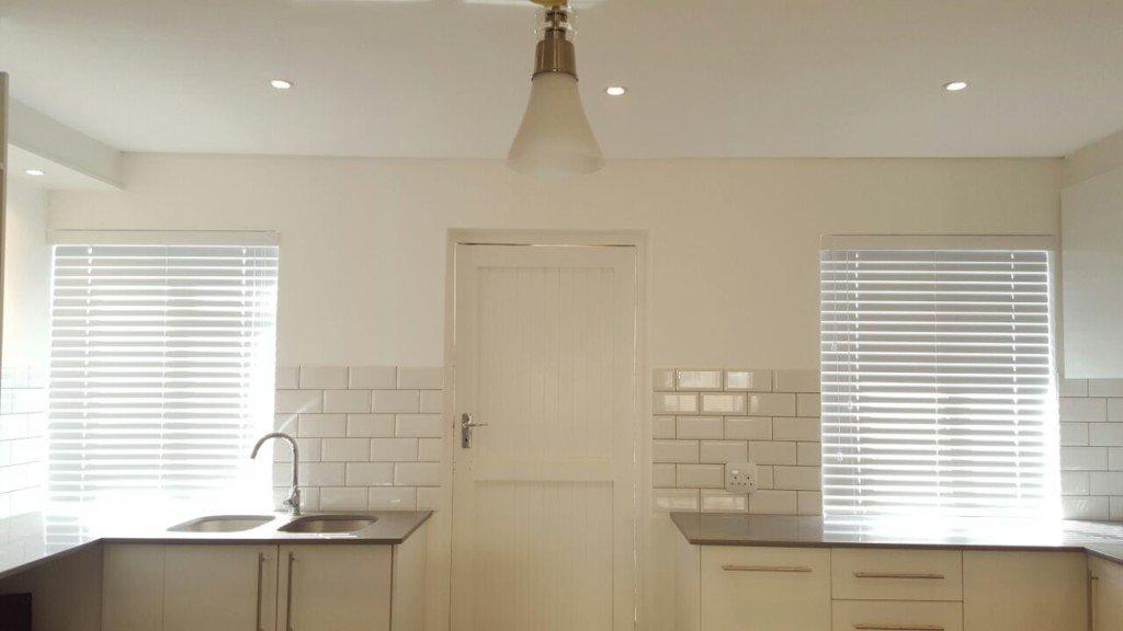 White-Aluminium-Venetian-Blinds-TLC-flooring-Blinds-Cape-Town-1024x576