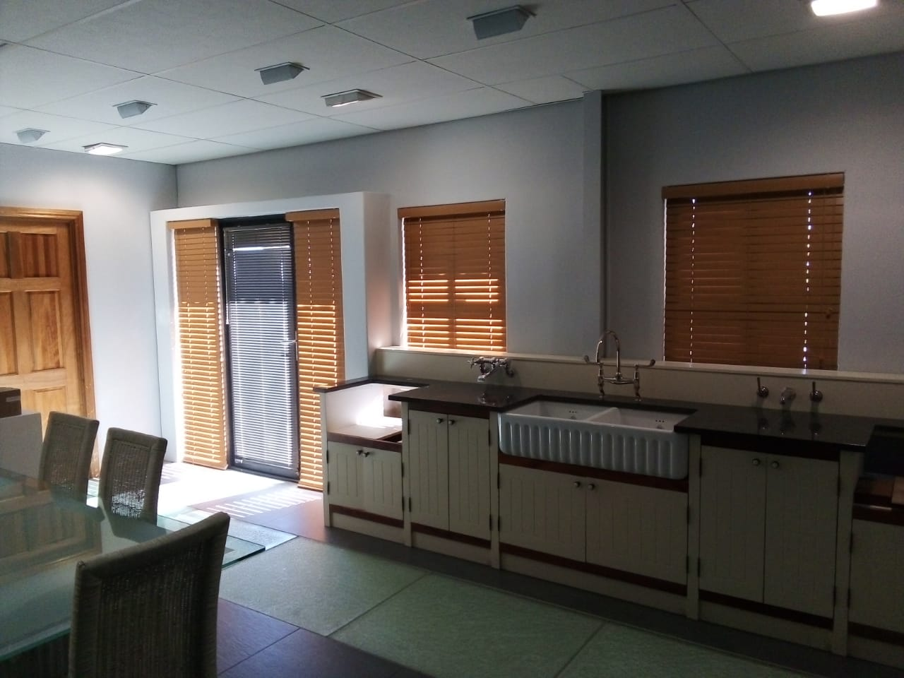wooden venetian blinds cape town - tlc flooring 1